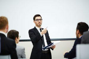 Mahasiswa presentasi di hadapan Audiens